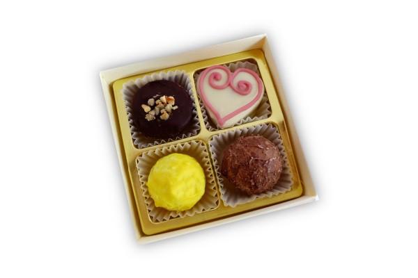 Schachtel mit 4 Pralinen und Herz-Praline